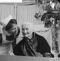 Honderdjarige in verzorgingstehuis in Amsterdam. Zuster bij mevrouw J. M. van de, Bestanddeelnr 913-1362.jpg