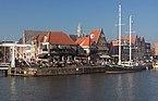 Hoorn, zicht op de Oude Doelenkade met de Hoge Brug RM517454, de toren van de Sint Antoniuskerk RM22399 en zeilschip de Steady IMG 1594 2017-10-15 15.24.jpg