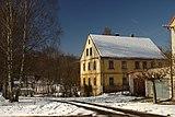 Horní Vysoké, turistická cesta a dům.jpg