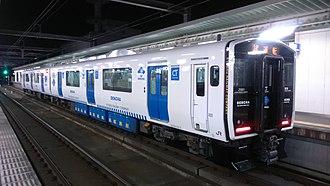 Fukuhoku Yutaka Line - Image: JR Kyushu Dual E Nergy CH Arge train (DENCHA) Kuha 818 1 + Kumoha 819 1
