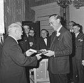 KNVB op Paleis Soestdijk ontvangen, voorzitter Schroder overhandigde prins Bernhard, Bestanddeelnr 917-2286.jpg