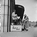 Kengänkiillottajapoika Rautatieaseman edustalla Helsingin olympialaisten aikana - N210721 - hkm.HKMS000005-000002fb.jpg