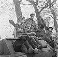 Kinderen in klederdracht op een Canadese pantserwagen, Bestanddeelnr 900-2853.jpg