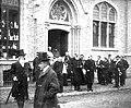 Koning LeopoldII bij het verlaten van de voorlopige kerk van het Heilig-Hart in Ganshoren.jpg