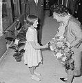 Koningin Juliana krijgt bij eenkomst bloemen aangeboden, Bestanddeelnr 917-7357.jpg