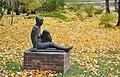 Krepp Sitzende Schlosspark Senftenberg Herbst.jpg