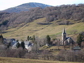 The church and surrounding buildings in Le Claux