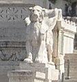 Leone alato di sinistra - Vittoriano, Roma.jpg