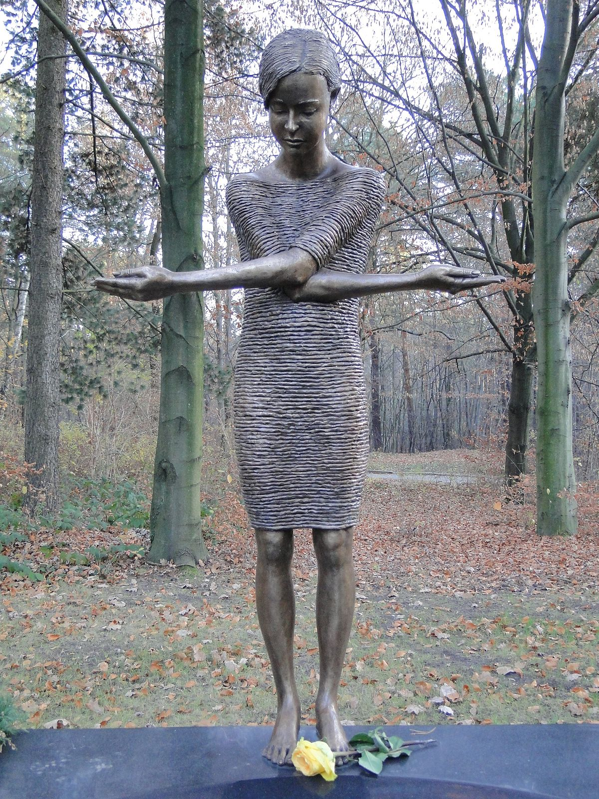 File:Malgorzata Chodakowska - Trauerndes Mädchen am Tränenmeer Detail.JPG -  Wikimedia Commons