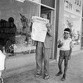 Man verbergt gezicht achter Franstalige krant L'Information d'Israël, naast hem , Bestanddeelnr 255-3084.jpg
