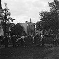 Mannen graven onder toezicht van een man met een armband, Bestanddeelnr 900-3007.jpg