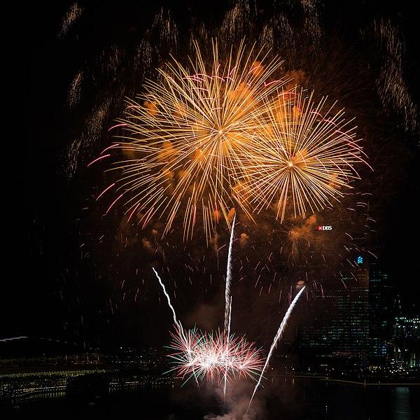 File:Marina-Bay Singapore Firework-launching-CNY-2015-04.jpg