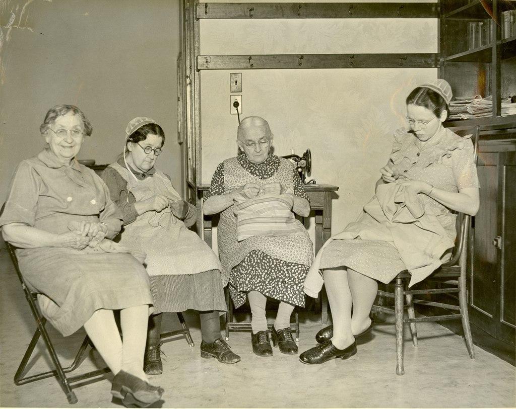 Mending Crew 1951 (6942859866)