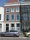 foto van Huis met rechte gevel en schilddak aan de straat