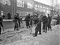 Militairen ruimen sneeuw in Amsterdam, de Cornelis Krusemanstraat wordt schoonge, Bestanddeelnr 914-7489.jpg