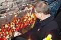 Ministru prezidents Valdis Dombrovskis aizdedz svecītes pie Rīgas pils mūra (6335311444).jpg