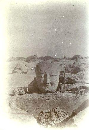 Miran (Xinjiang) - View of excavated Buddha head in Miran, December 1906.