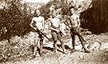 Montagne de la Lance Deux maquisards, entourant leur chef Marius Audibert, au camp FTP de La Roche-Saint-Secret en mai 1943..jpg