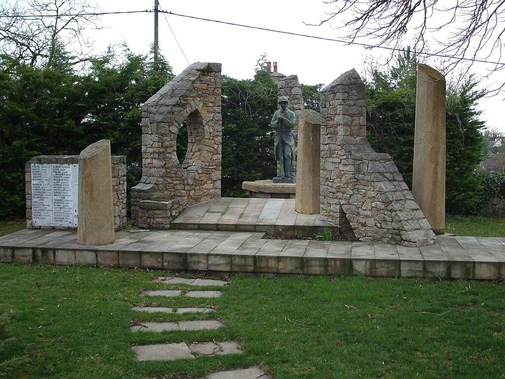 Monument aux morts de Sébazac-Concourès.jpg