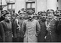 Naczelnik Państwa Józef Piłsudski ze swoimi współpracownikami (22-514-2).jpg