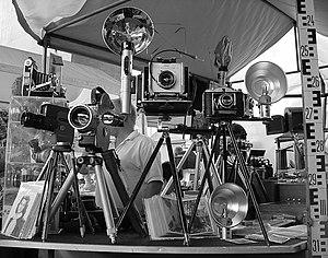 A photograph of maany antique cameras, taken in the Museu de Arte de São Paulo (MASP). The photograph was taken by Gabriel Suarez.