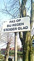 Pas op bij regen steiger glad sign, Appingedam (2019) 01.jpg