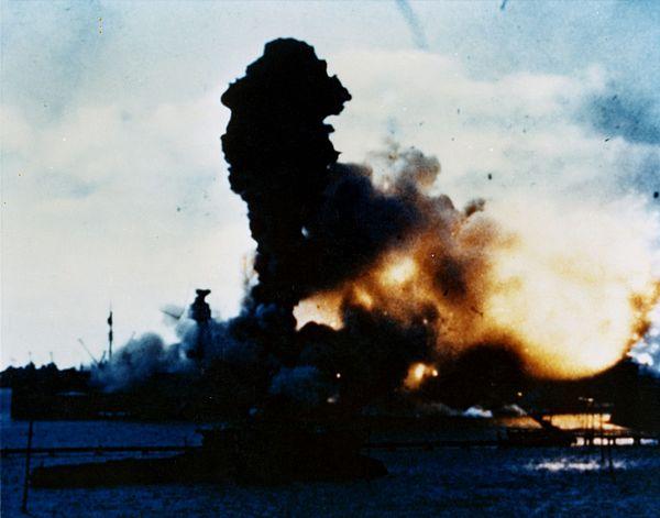 USS Arizona exploderar efter en direktträff av en bomb i främre ammunitionsförrådet