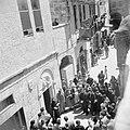 Pelgrims en toeristen op Goede Vrijdag in de kruisgang processie in Jeruzalem, Bestanddeelnr 255-5272.jpg