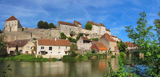 Деревенька Pesmes Franche-Comté - подробный путеводитель по городам Franche-Comté
