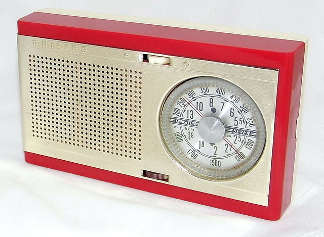 Foto radio. Bron Wikimedia: https://commons.wikimedia.org/wiki/File:Philips_%22Fanette%22_7-Transistor_Radio,_Model_LOX90T,_Made_in_West_Germany,_Circa_1960_(8449243908)_(2).jpg
