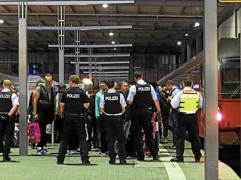 File:Polizei fängt Flüchtlinge ab.jpg