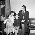 Portretfoto van de conciërge en haar gezin, Bestanddeelnr 252-9329.jpg