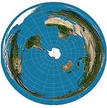 En esta proyección se percibe más la distorsión de las tierras y distancias hacia el borde pues la mayor parte de tierras del mundo está en la mitad septentrional desde el ecuador hasta el borde. El borde es abarcado por el océano ártico.