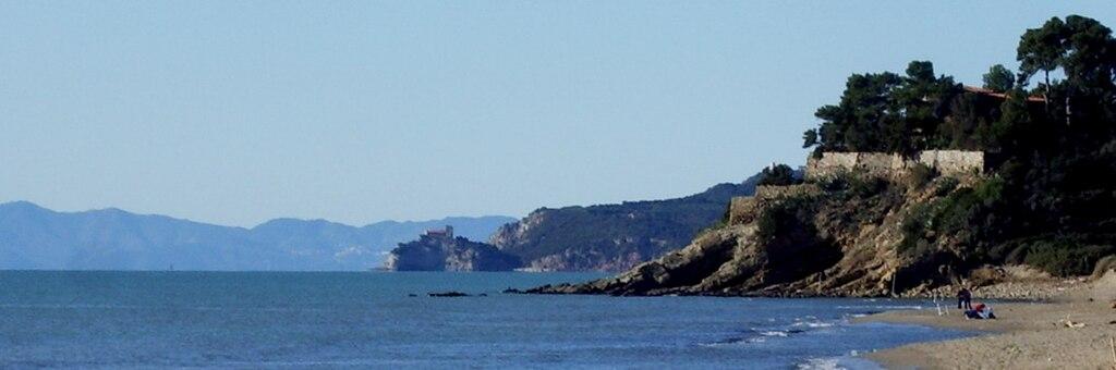Panorama con il forte delle Rocchette sullo sfondo visto daCastiglione della Pescaia