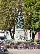 photographie montrant la statue Quand-Même vue de face, place d'Armes