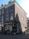 foto van Winkelwoonhuis met winkelpui in de trant van het Neo-Classicisme