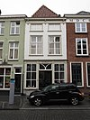 foto van Huis met geelgepleisterde lijstgevel, vensteromlijstingen