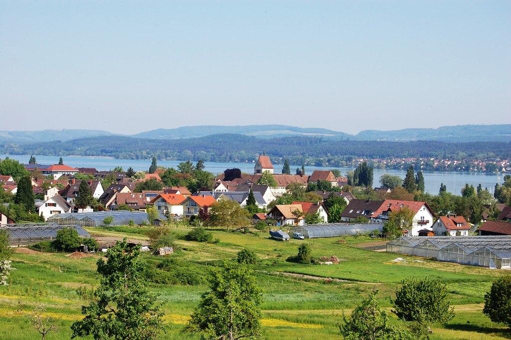 Blick nach Mittelzell auf der Klosterinsel Reichenau (UNESCO-Welterbe in Baden-Württemberg)