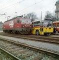 R 7377 02 - Fahrzeugparade Re 44 IV mit Postauto Saurer, St Gallen, Werbebild fuer BahnBus 2000.tif