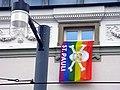 Regenbogenflagge mit Totenkopf des FC St. Pauli in der Freiburger Werthmannstraße 3.jpg