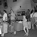 Reizigers wachten met bagage (inclusief fiets) in een rij voor de douane binneni, Bestanddeelnr 255-2195.jpg