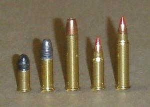 22 WMR (Winchester Magnum Rimfire) en el centro.