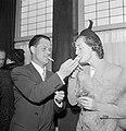 Rokende man geeft vrouw een vuurtje, Bestanddeelnr 255-8458.jpg
