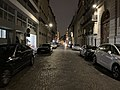 Rue de Bassano (Paris) de nuit en janvier 2020.jpg