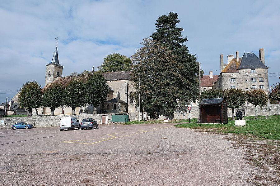 Église Saint-Étienne et château d'Aunay. Aunay-en-Bazois, Nièvre, France.