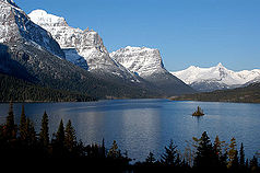 St. Mary Lake mit markanter Bergkette
