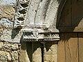 Sainte-Marie-de-Chignac église portail chapiteau.JPG