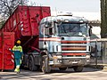 Scania 164G V8 480 nimmt Abrollmulde auf.jpg