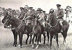 Gruppe hochrangiger Militäroffiziere zu Pferd