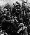 Soldati tedeschi e prigionieri italiani.jpg